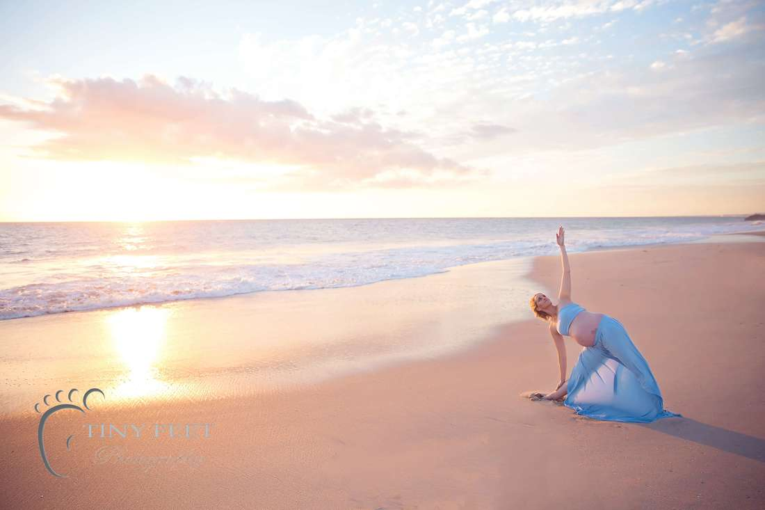 Prenantal Yoga poses and maternity photos on the beach